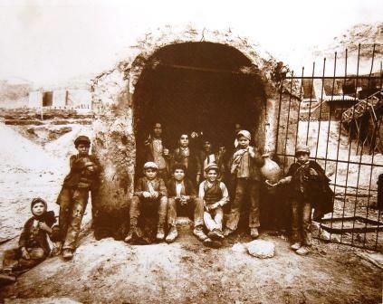 Interguglielmi,_Eugenio_(1850-1911)_-_Sicilia_-_Carusi_all_imbocco_di_un_pozzo_della_zolfara,_1899